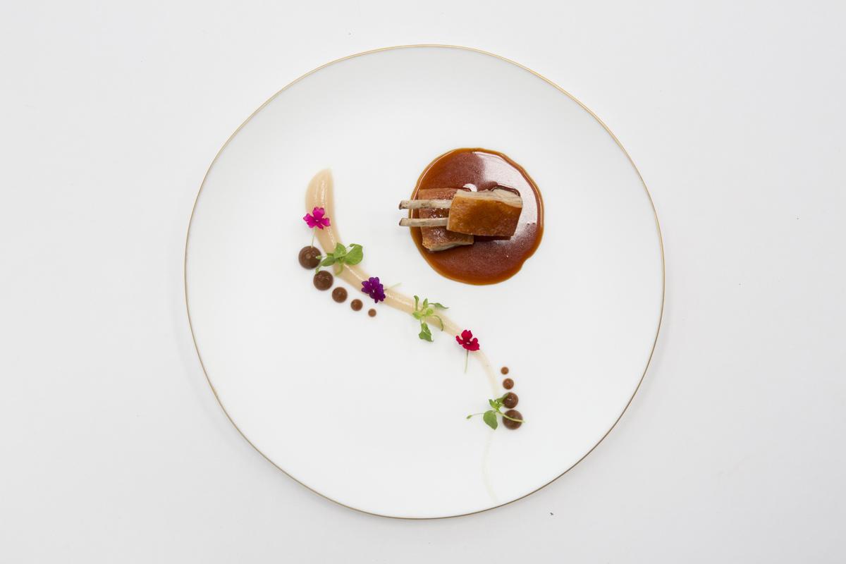 Cochinillo ibérico crujiente con puré de pera y tamarindo.