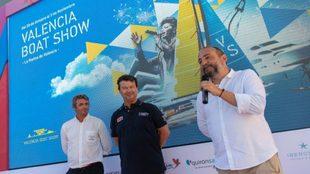 El director del Valencia Boat Show, Nacho Gómez, junto a Tomás...