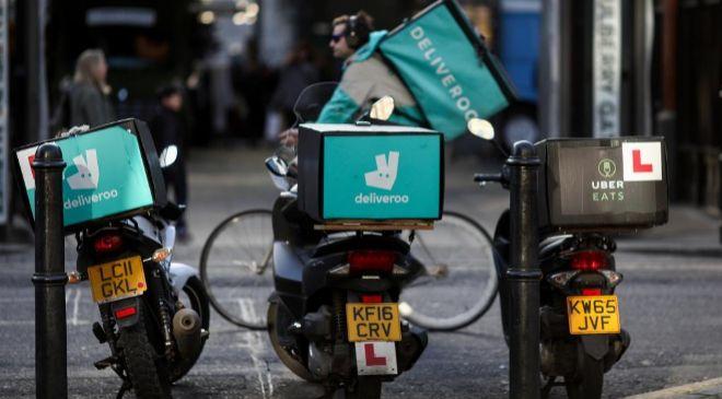Motos de reparto de Deliveroo y Uber Eats