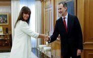 El rey Felipe VI saluda a la diputada de JxCat en el Congreso Laura...