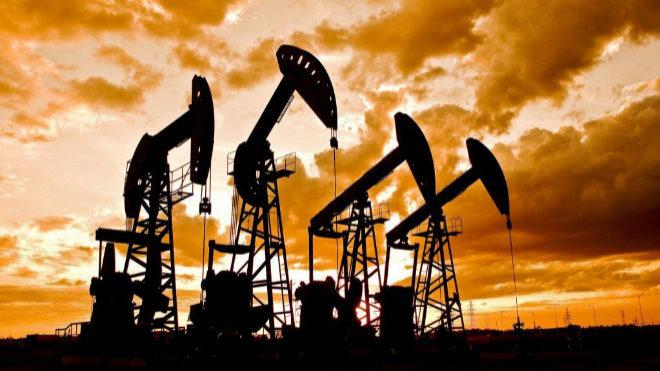 Precio de crudo cae por la suba de existencias en EEUU