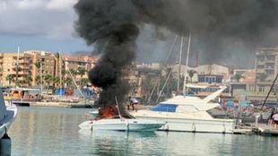 La embarcación accidentada calcinándose en mitad del Club Náutico...