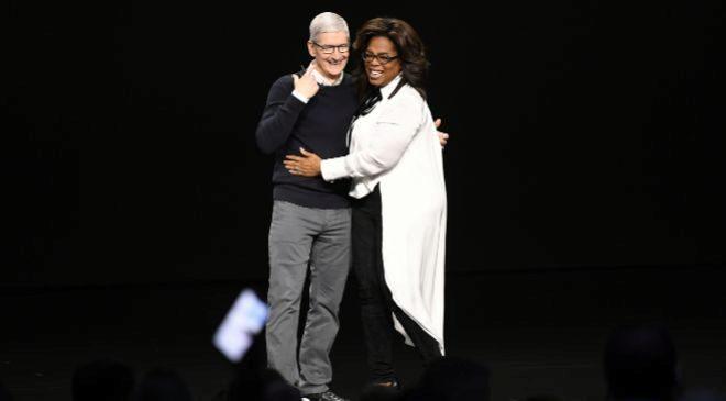 Tim Coook, consejero delegado de Apple, y la presentadora...