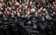 Agentes antidisturbios de la Policía Nacional forman un cordón de...