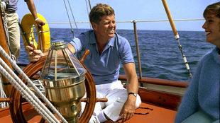 JFK, a la rueda del timón del Manitou, en aguas de Newport. | ROBERT...