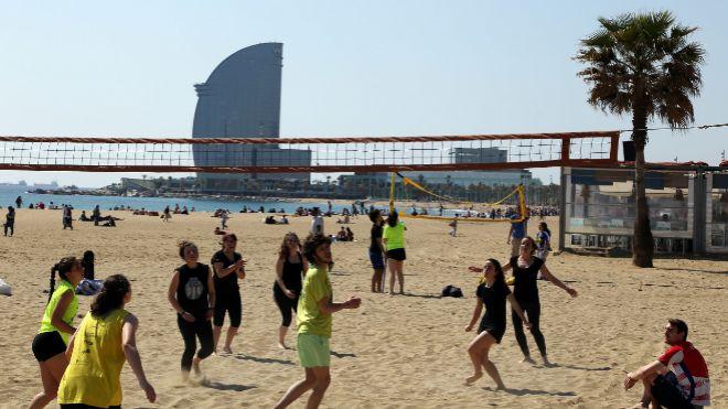 Turistas en la playa de La Barceloneta.