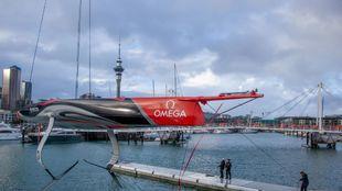 La nueva embarcación del Emirates Team New Zealand (AC75), tras su...