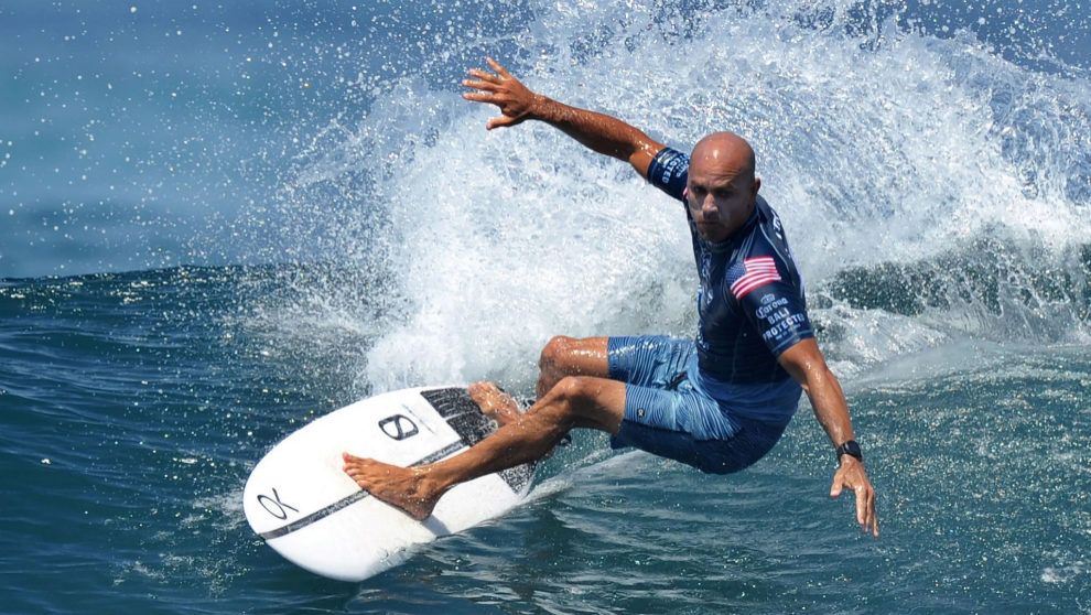 Slater, en plena ola, durante un torneo de la World Surf League. |...
