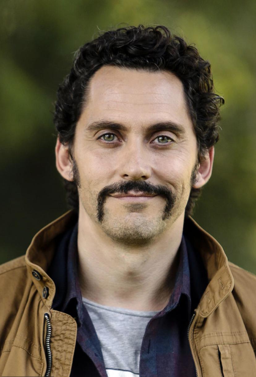 Es un bigote que representa fuerte personalidad. Cubre los labios y...
