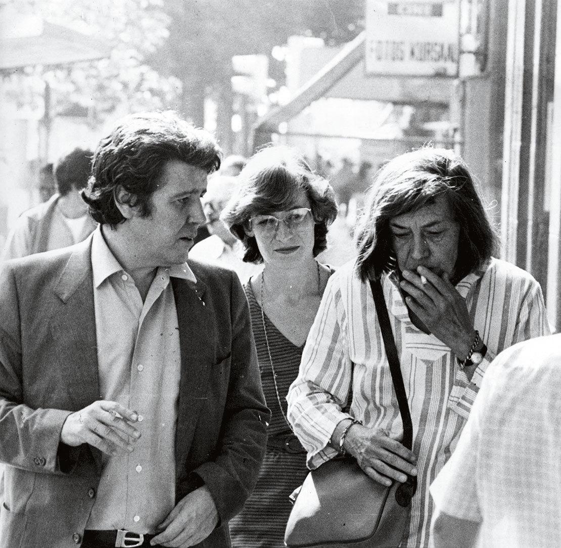 Con Marianne Liggenstorfer, de la editorial suiza Diogenes Verlag (en el centro), y la escritora Patricia Highsmith (dcha.), en San Sebastián en 1983.