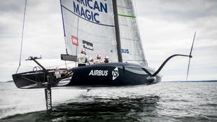 El AC 75 American Magic navegando durante su primer entrenamiento en...