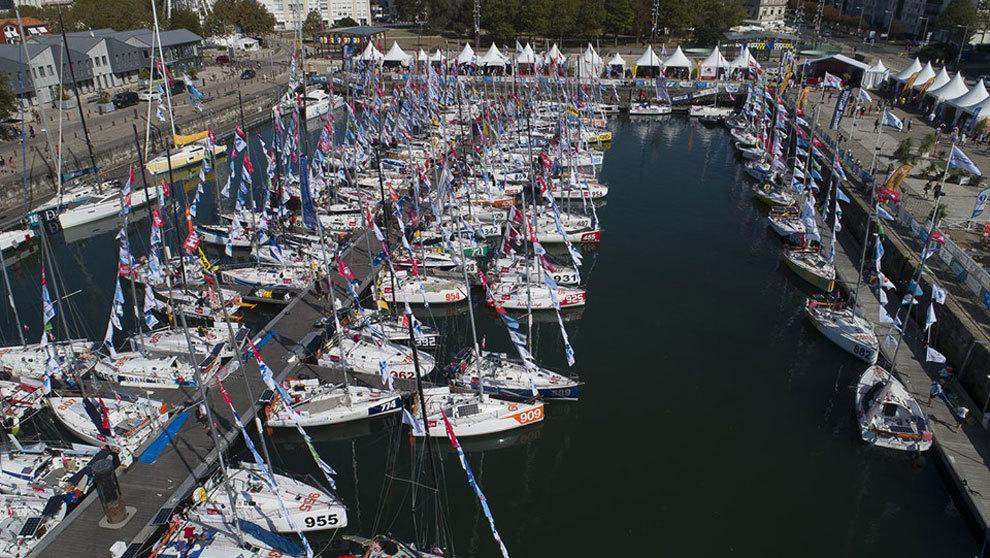 La flota de barcos participantes en la regata Mini Transat 2019 en el...
