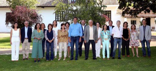 Fotografía de archivo, facilitada por Presidencia del Gobierno, del presidente del Gobierno, Pedro Sánchez, y sus ministros (incluida la exresponsable de Sanidad, Carmen Montón)reunidos en la finca toledana de Quintos de Mora.