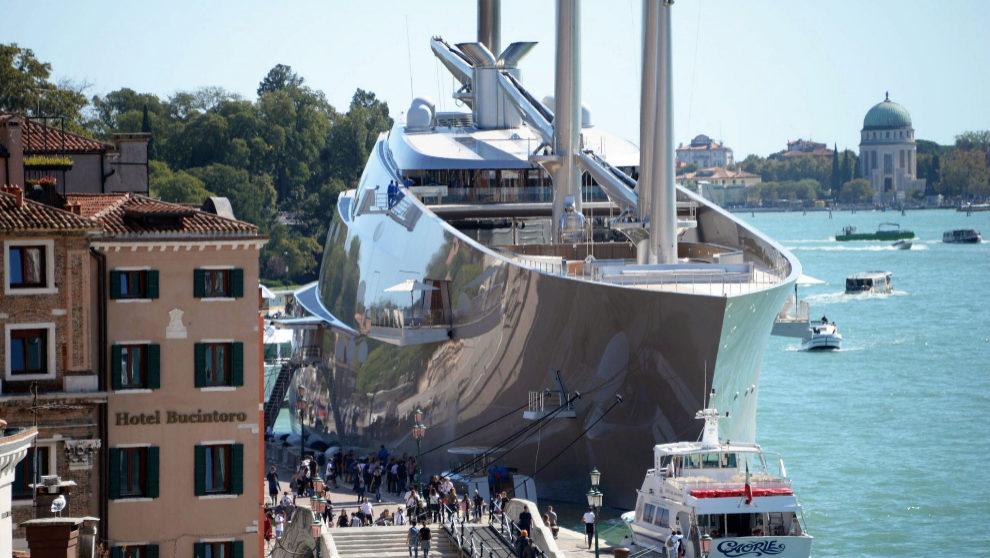 El 'Sailing Yacht A', amarrado en la zona portuaria de Riva...