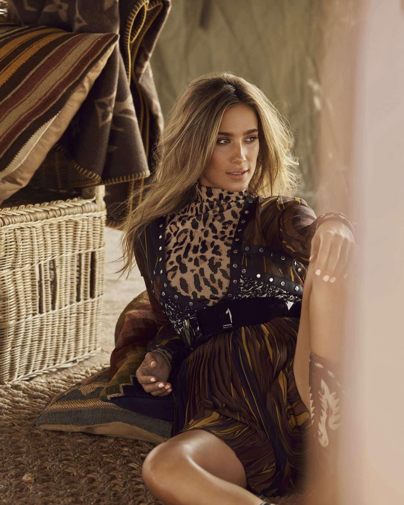 Body de leopardo de punto, 290 euros; vestido en pico con tachuelas y...