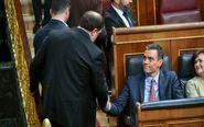 Oriol Junqueras saluda al presidente del Gobierno en funciones y...