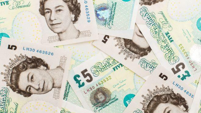 Billetes de cinco libras.