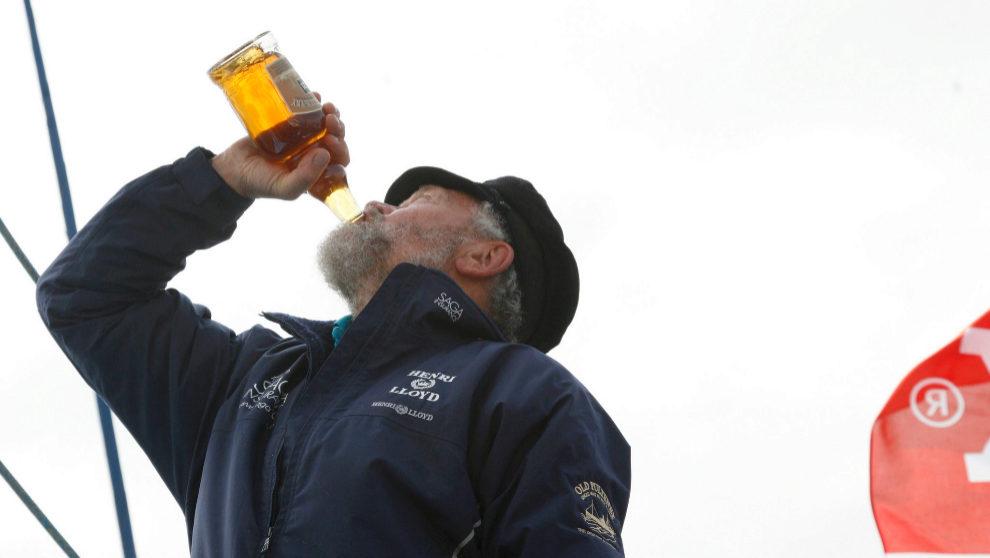 Sir Robin, bebiendo whisky en Getxo, tras completar la 5 Oceans en...