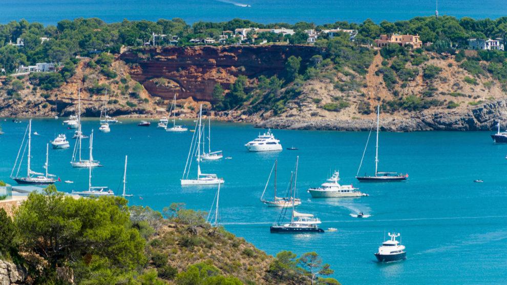 Barcos fondeando en Ibiza.   GERMÁN G. LAMA