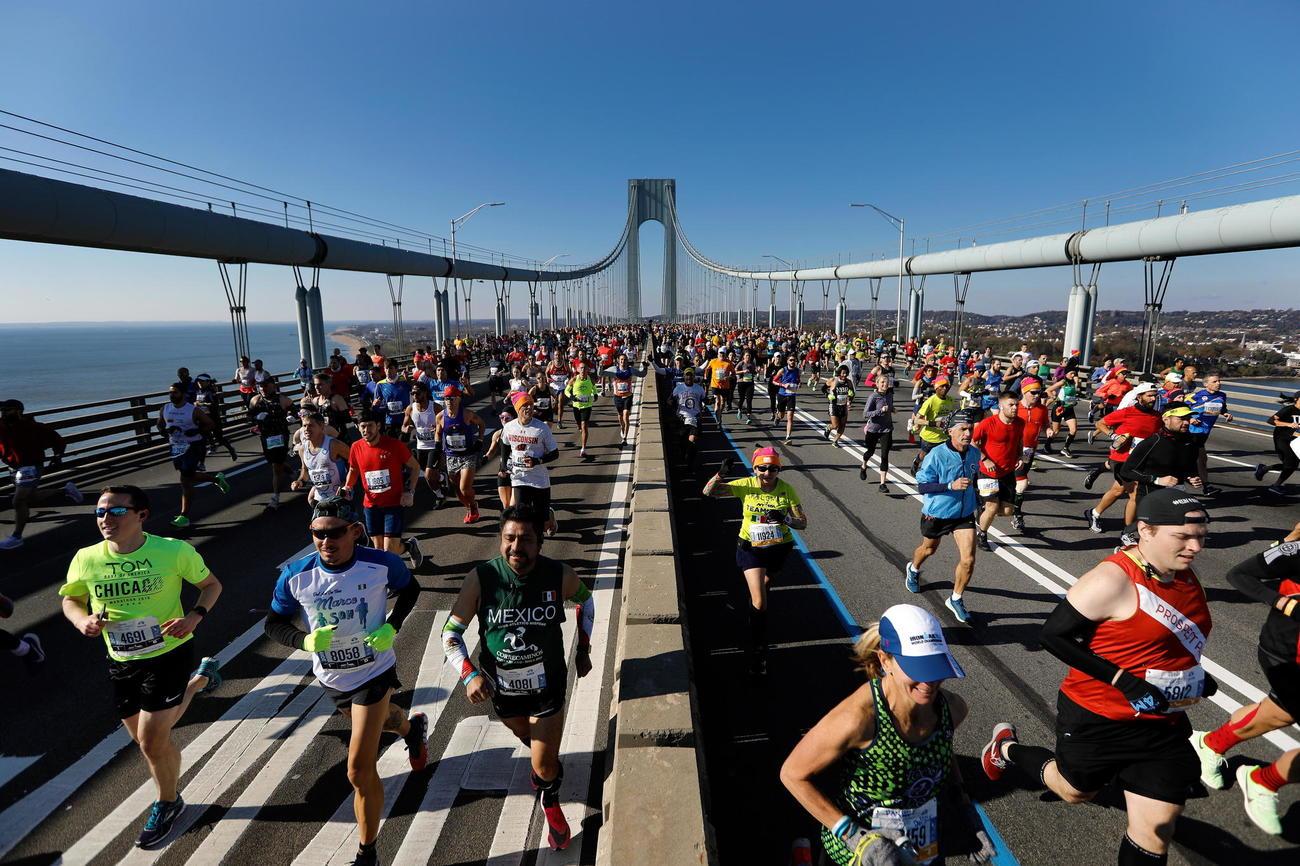 Los participantes en el Maratón de Nueva York cruzan el puente...