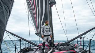Alex Thomson, sobre la cubierta del nuevo Hugo Boss, poco antes de...