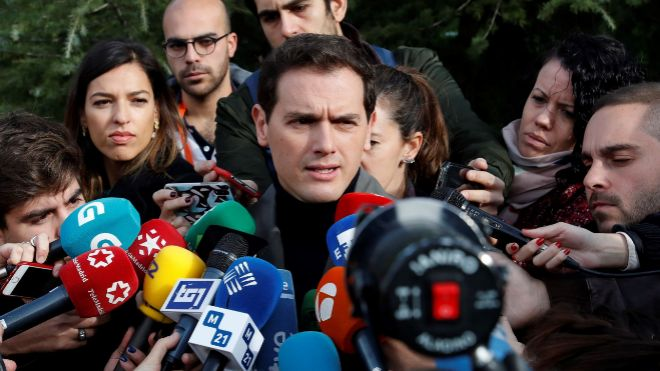 Rivera hace declaraciones a los medios tras votar esta mañana en el Centro Cultural Volturno de Pozuelo de Alarcón.