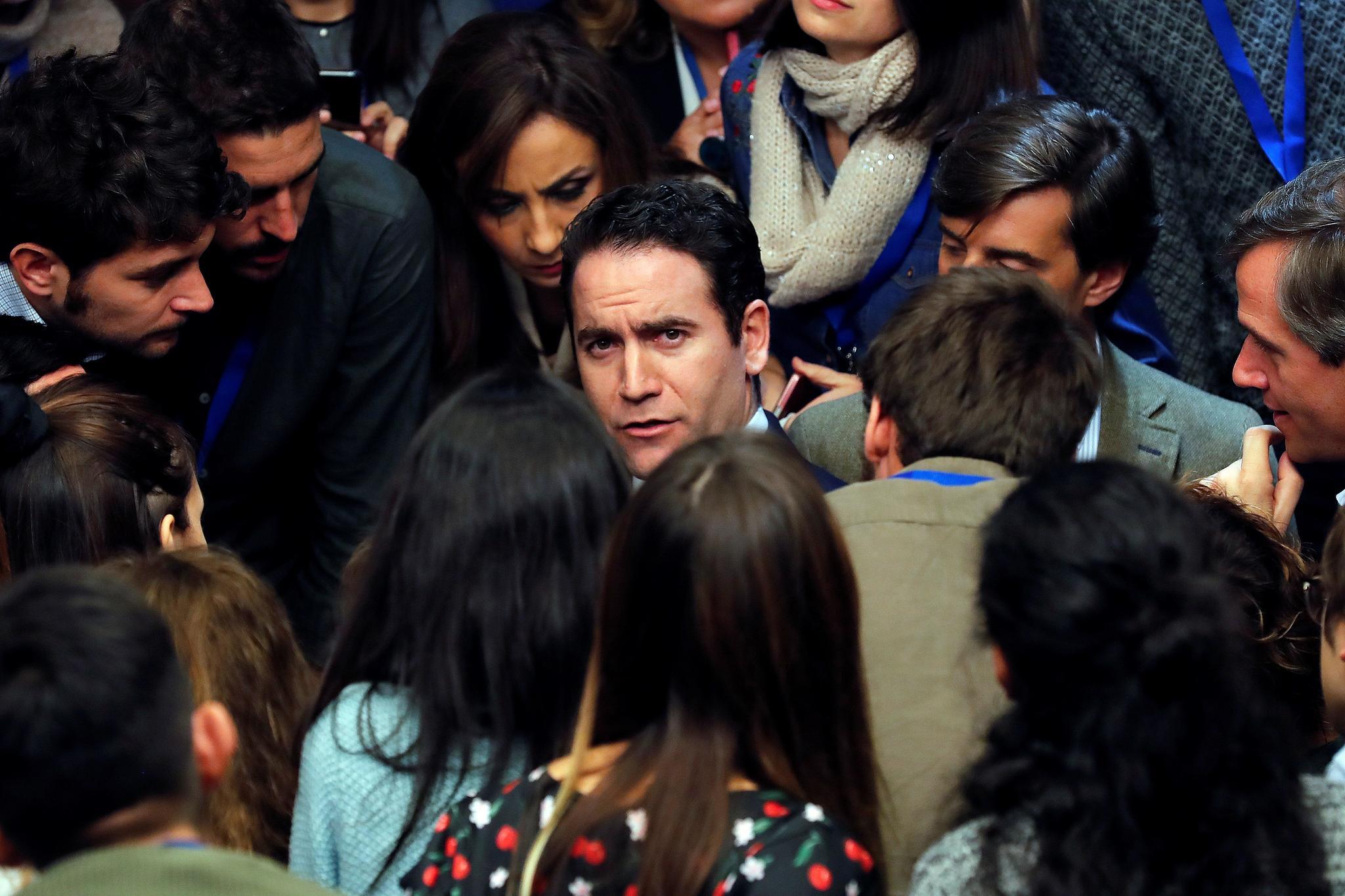"""GRAF6627. MADRID, 10/11/2019.- El secretario general del PP, Teodoro García (c), a su llegada a la sede del partido en la calle Génova de Madrid, donde ha considerado que el presidente del Gobierno en funciones, Pedro Sánchez, debería """"empezar a pensar en irse"""" y no presentarse como candidato a la investidura si se confirman los resultados de las encuestas que dan una bajada de escaños al <HIT>PSOE</HIT>. EFE/ Chema Moya"""