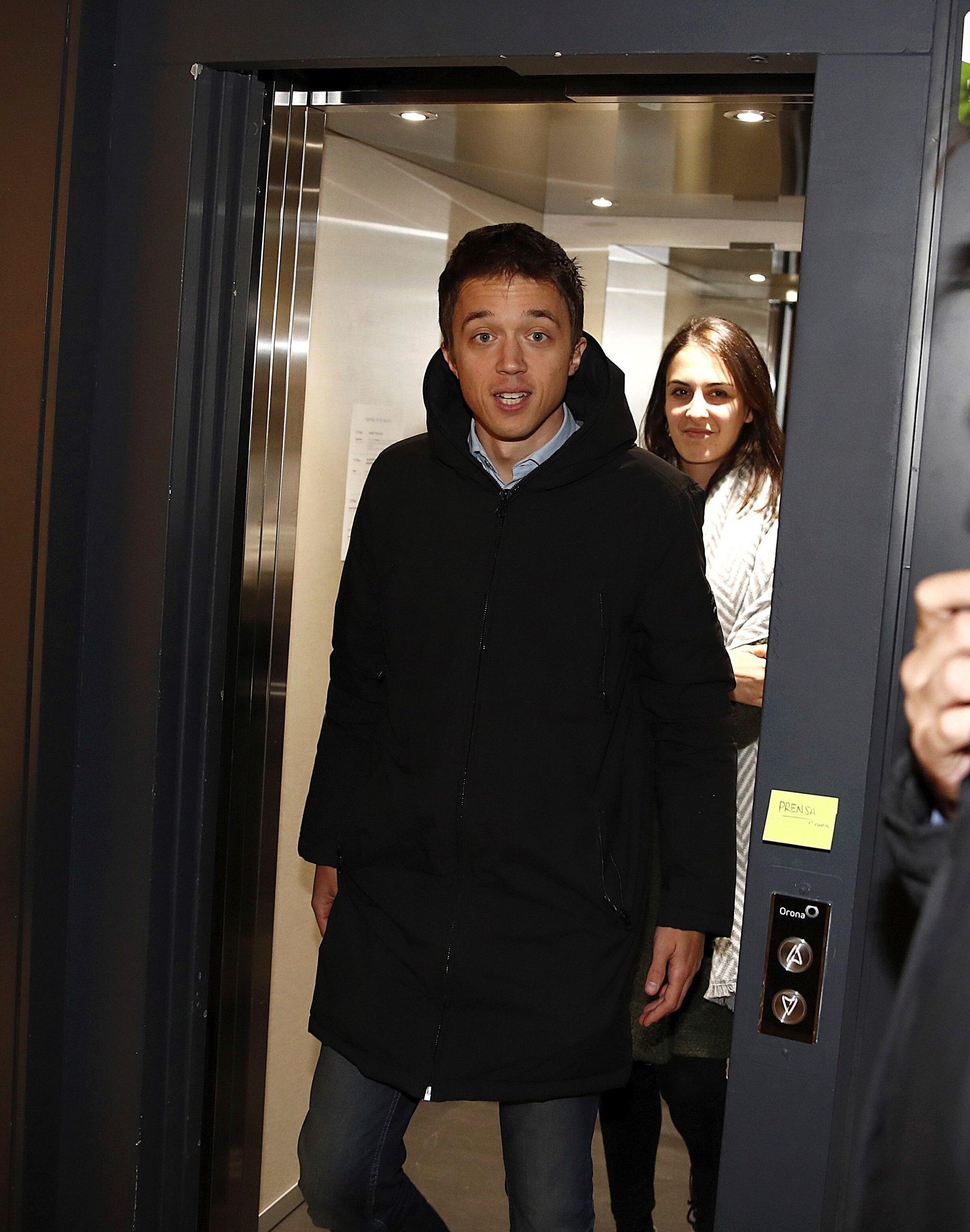 El candidato de Más País a la presidencia de Gobierno, Íñigo Errejón, a su llegada a la sede del partido para el seguimiento electoral.
