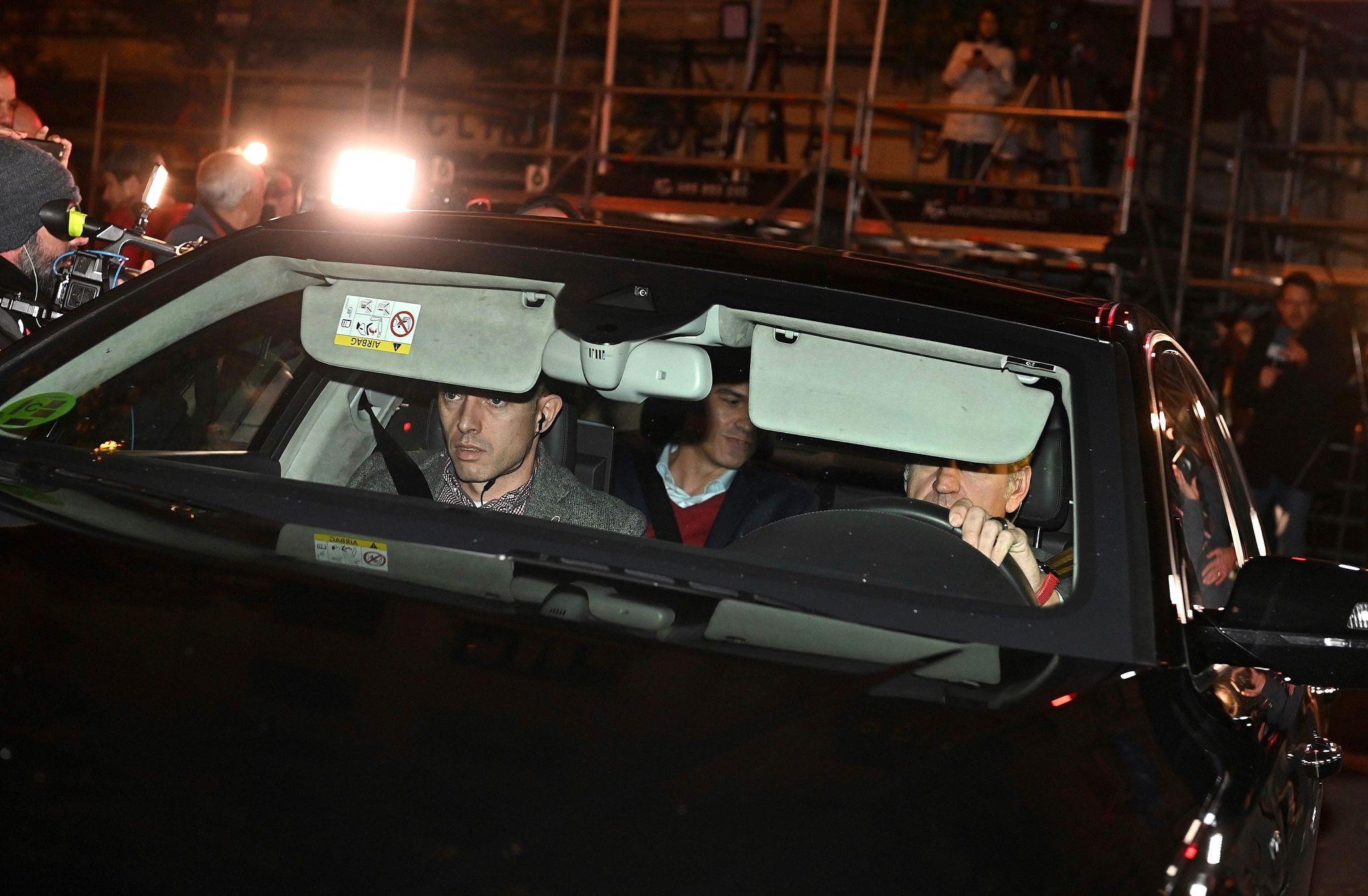 El presidente del Gobierno en funciones, Pedro Sánchez, a su llegada a la sede de PSOE, en la madrileña calle Ferraz, para el seguimiento electoral.