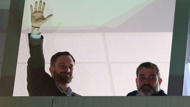 El presidente de Vox, Santiago Abascal, saluda desde una ventana a sus simpatizantes durante el seguimiento de la noche electoral en la sede nacional de VOX en Madrid.