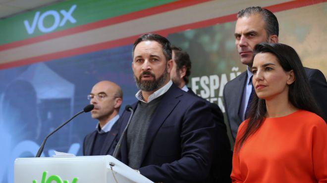 El presidente de Vox, Santiago <HIT>Abascal</HIT> (centro).