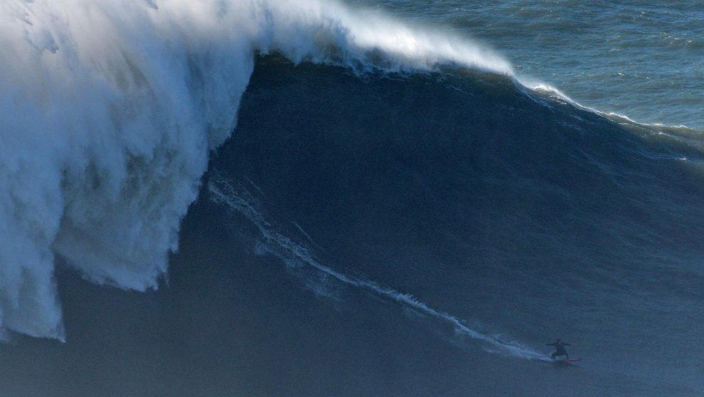 Dupont, cabalgando la ola de Nazaré. | RAFAEL G. RIANCHO / Red Bull...