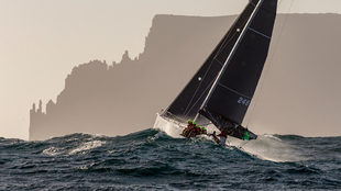 Un barco participante en la Rolex Sydney Hobart, en pleno recorrido. |...
