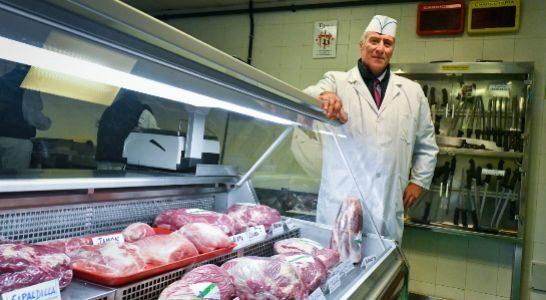 José Tejedor lleva 19 años enseñando el oficio de carnicero en el centro.