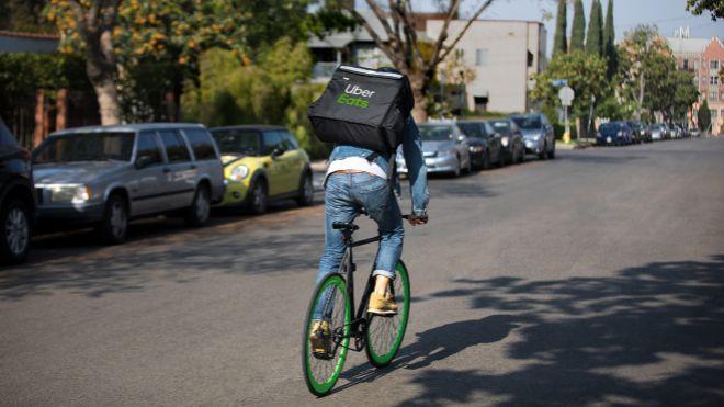 Imagen de un repartidor de Uber Eats, una de las principales...