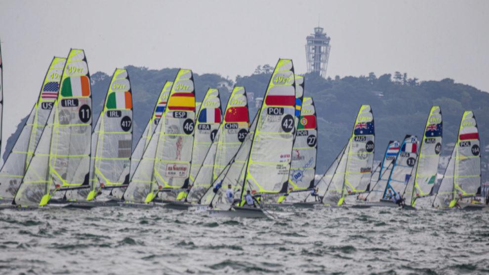 La flota de 49, disputando una prueba celebrada en Enoshima. | Sailing...