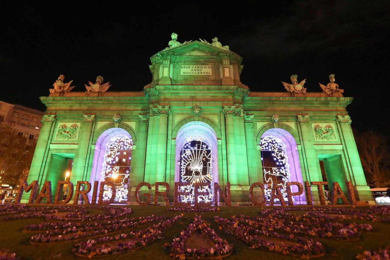 La Puerta de Alcalá, en Madrid, iluminada de verde con motivo de la...