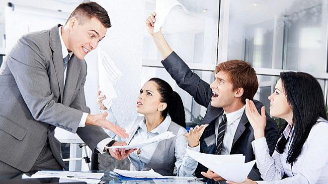 Insultar o pegar al jefe: ¿dónde están los límites para ser despedido?