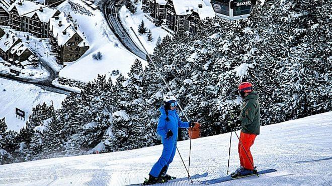 Imagen de dos esquiadores en la estación de esquí de Baqueira Beret,...