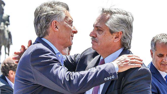 Mauricio Macri y Alberto Fernández se abrazan tras asistir, juntos, a...