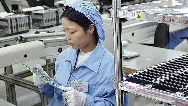 Una trabajadora monta circuitos en la fábrica de Huawei en Shenzhen, China.