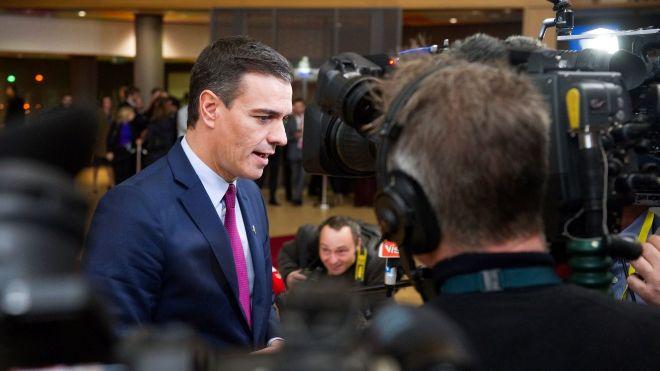 El presidente del Gobierno en funciones, Pedro Sánchez, atiende a los medios de comunicación antes del último Consejo Europeo del año en Bruselas.