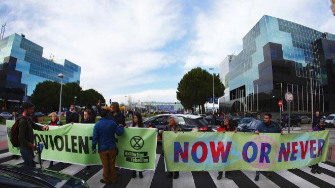 Vista de la <HIT>manifestación</HIT> organizada por el movimiento social mundial Extinction Rebellion el pasado lunes 9 de diciembre en las inmediaciones de Ifema donde se ha celebrado  la XXV Cumbre de la Convención de Cambio Climático de Naciones Unidas.
