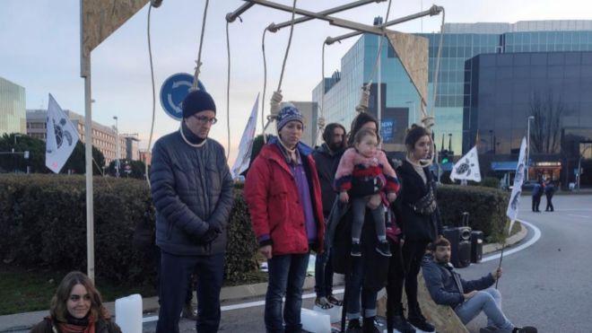 Varios activistas montaron tres horcas con unas sogas en la mañana del sábado para simbolizar la muerte de la humanidad  a la entrada del centro de congresos Ifema, donde se celebra en Madrid la <HIT>Cumbre</HIT> del <HIT>Clima</HIT> como signo de protesta por el borrador conocido hasta ahora.