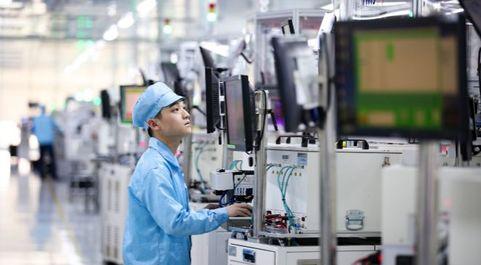 Operario de Oppo en la fábrica de la compañía en la localidad china...
