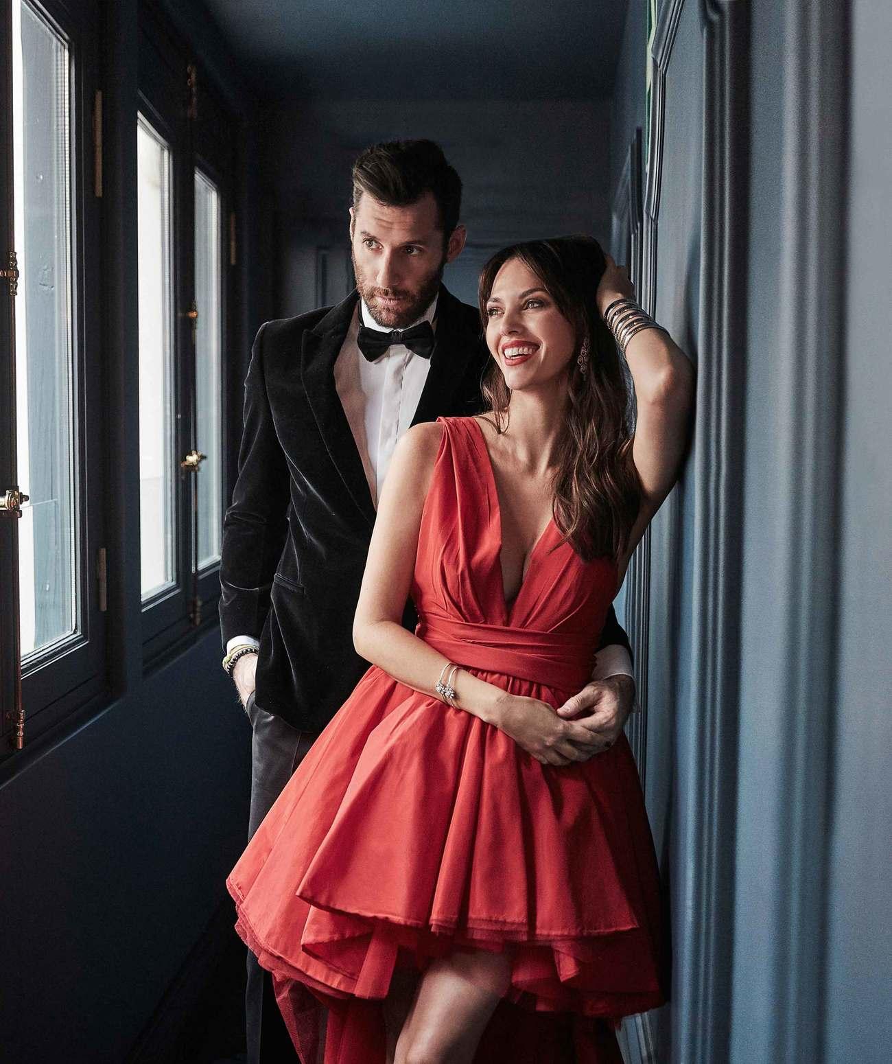 Helen lleva vestido, de Yolancris, 1.810 euros. Pulseras, de Bulgari,...