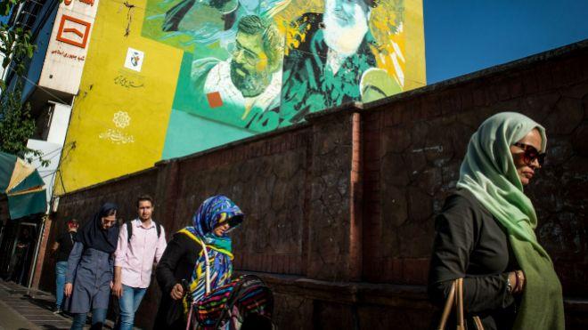 Peatones en las calles de Teherán.
