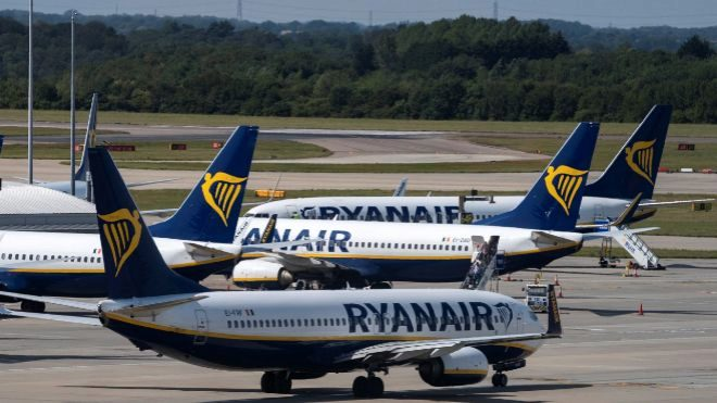 Varios aviones de la compañía Ryanair maniobrando en el aeropuerto...
