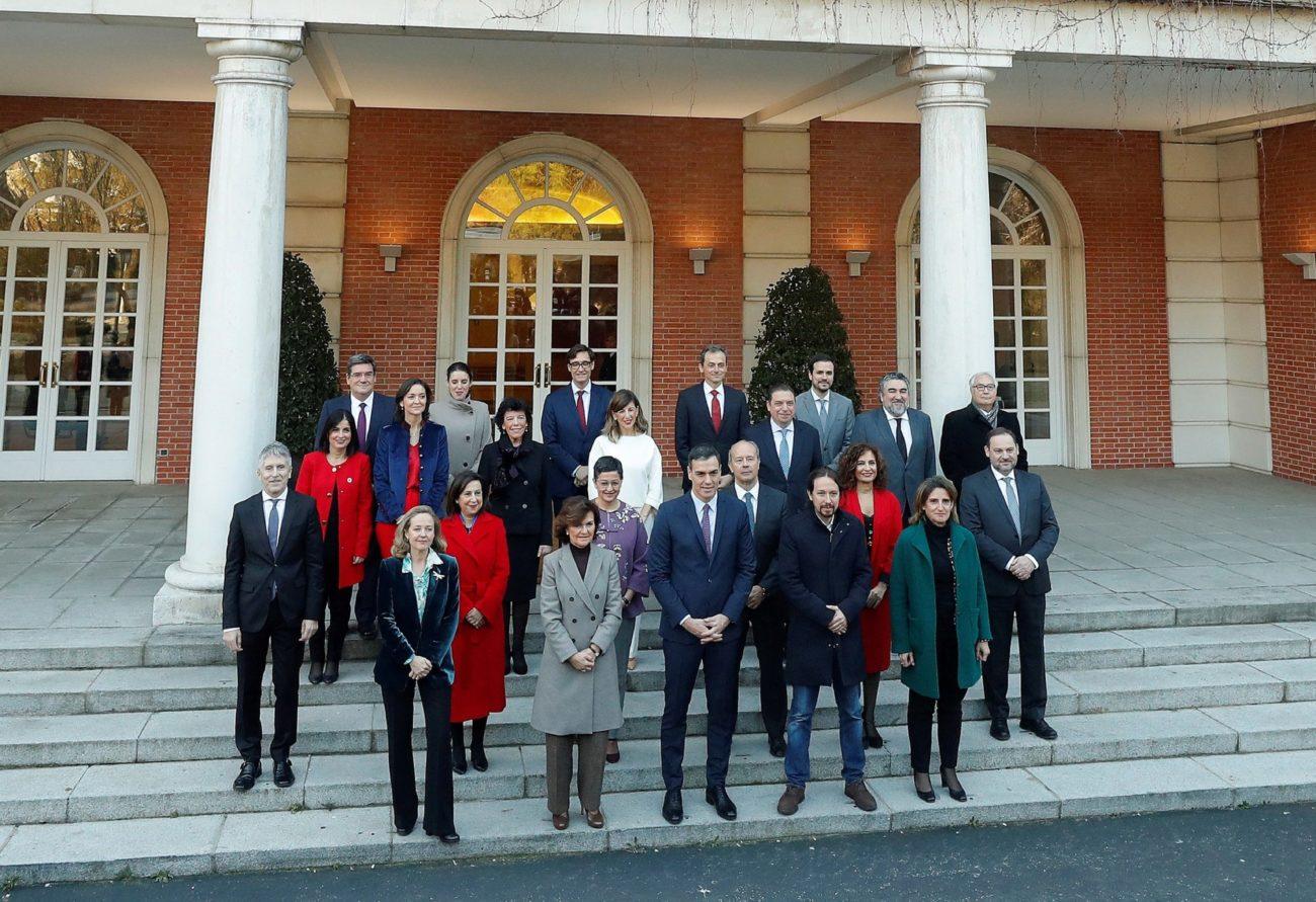 El presidente del Gobierno, Pedro Sánchez, posa con su nuevo gabinete...