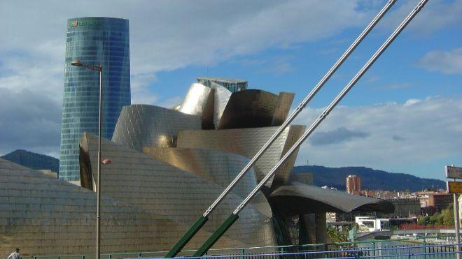 Vista de la Torre de Iberdrola, detrás del Museo Guggenheim, en...